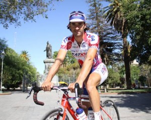 Dani en el Monumento a la Difunta Correa  (foto Diario de Cuyo)