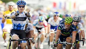 Todo un símbolo:esgrimiendo la w de Weylandt en su triunfo del Tour 2011