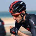 Adam Yates trasladado al hospital tras caída en el UAE Tour; Daniel Martínez no terminó la carrera