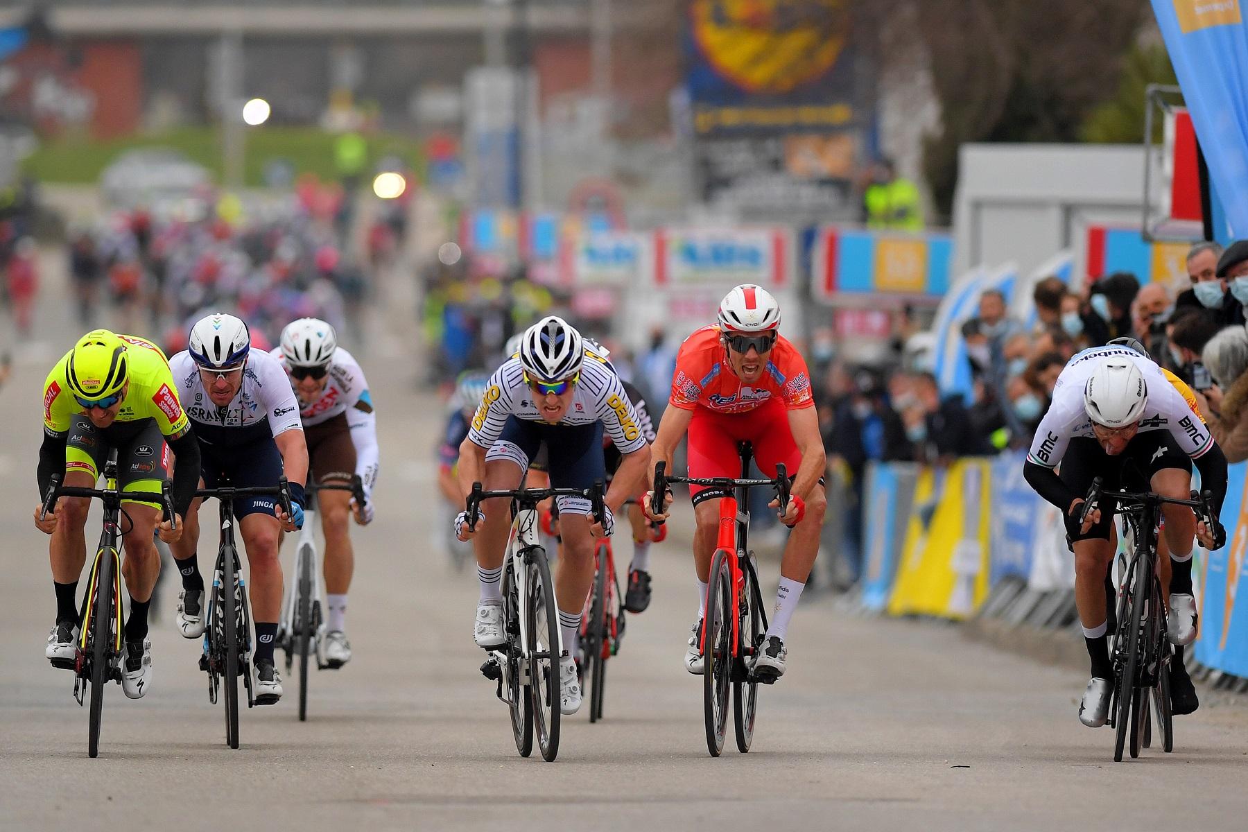 dupont sprint besseges - Crónica de Étoile de Bessèges 2021. Tim Wellens gana y Ganna se luce.